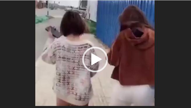 Сильно напугал девушек. Видео прикол.