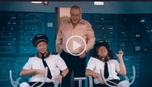 Смешной видео прикол в самолете. У нас скачивают топовые видеоролики на любую тему. Заходите и качайте друзья