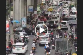 Движение авто на дорогах Бангкока.