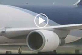 Человека затянуло в двигатель самолета.