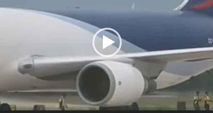 Человека затянуло в двигатель самолета. Невероятное видео 2020.