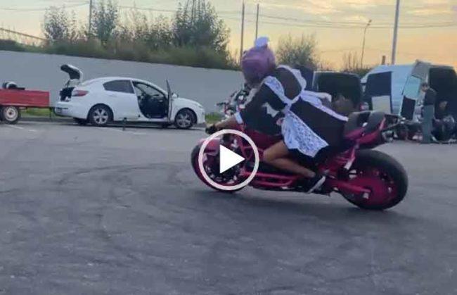 Школьница дрифтует на мотоцикле. Скачать видео.