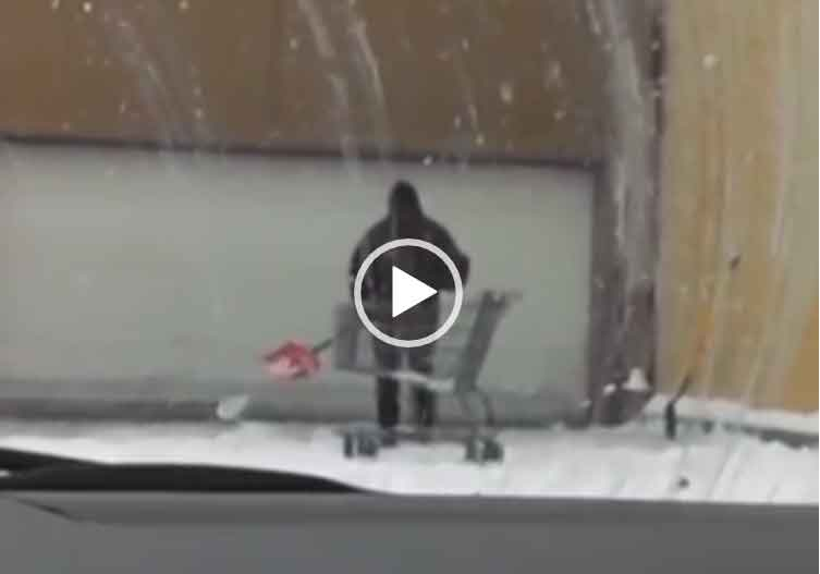 Прикол - парень кидает снег