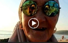 Бабушка-пенсионерка решила пожить красиво. Интересное видео.